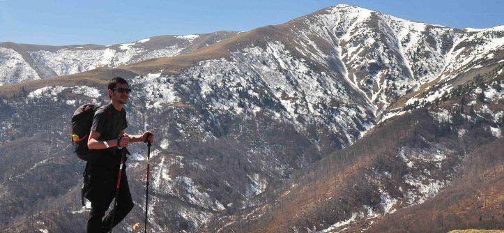 Urcand pe Varful Neamtu cu privelisti asupra Varfului Rusu si a crestei