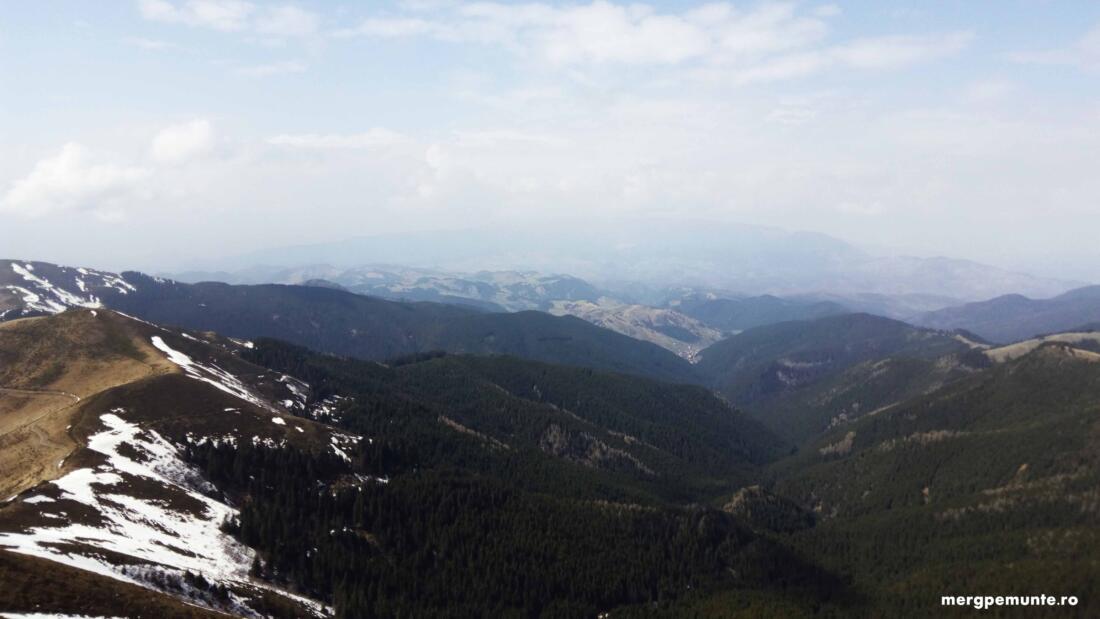 Vedere din Saua Strunga spre Varful Bucsa si Moeciu de Sus